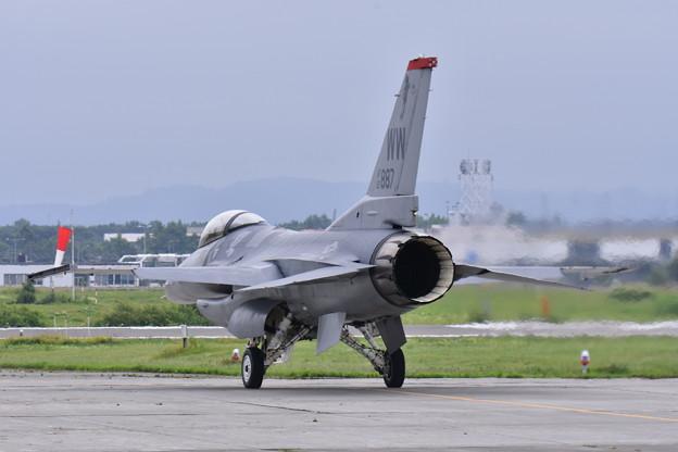 写真: F-16デモストレーションチーム滑走路へ。。20170723