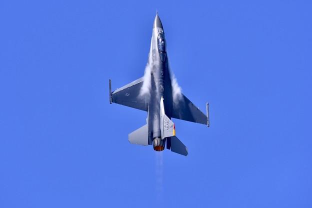 三沢の大空へ一気にハイレート。。デモストレーションチームF-16