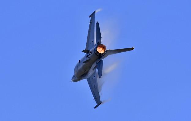 アフターバーナー効かせて急旋回 デモストレーションチームF-16