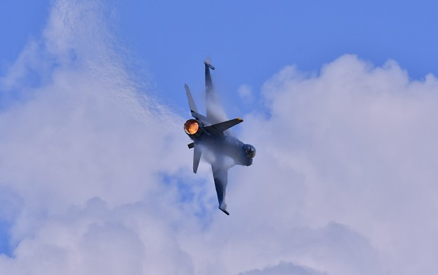 三沢の雲もとへパイロットパンチさんF-16操る