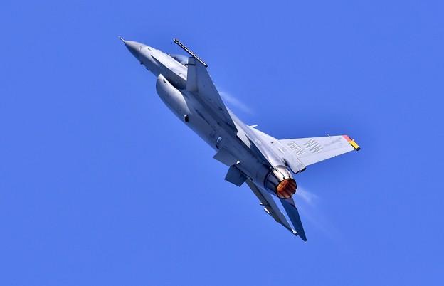まるでロケットのように米空軍戦闘機F-16