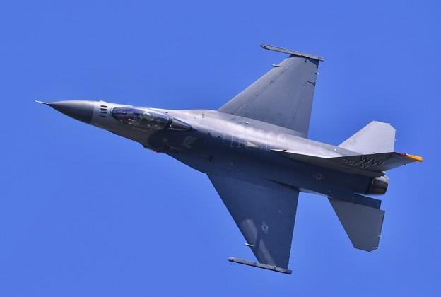 お背中見せて飛ぶとナイフエッジ デモストレーションチームF-16