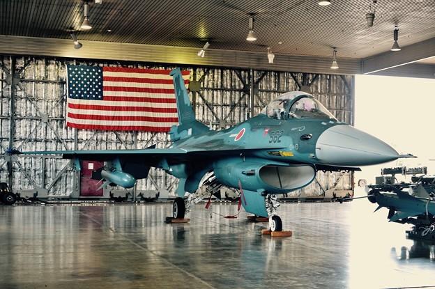 三沢基地航空祭。。日米同盟国象徴米国国旗とF-2