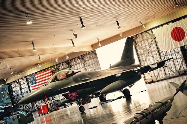 三沢基地航空祭。。格納庫に展示されたF-16と日本国旗