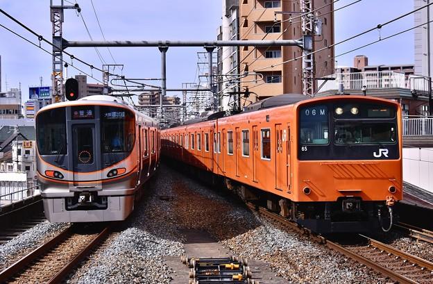 大阪環状線の新旧の共演 323系と201系