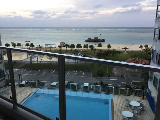 撮って出し。。窓あけてバルコニーからの風景。。青い海、白い砂浜、プール 11月23日