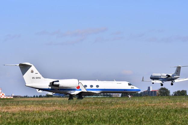 U-4とU-4すれ違い。。入間基地ランウェイ35風景 20171030