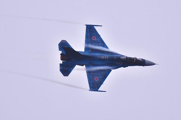 1番手はF-2機動飛行。。ぐるぐるポイントを回る