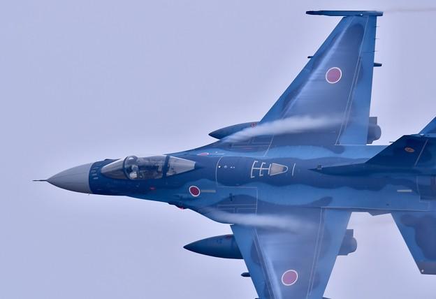 築城基地航空祭。。F-2戦闘機低空での旋回 機動飛行