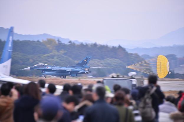 築城基地航空祭。。機動飛行終えてドラッグシューターで着陸F-2