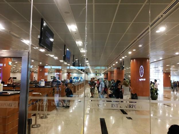 ヤンゴン第一ターミナル 丸見えの入国審査 (1)