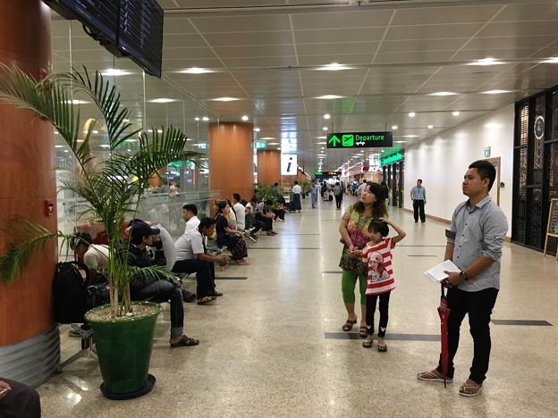 ヤンゴン第一ターミナル 丸見えの入国審査 (4)