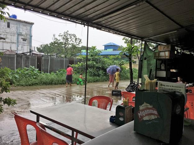 大雨の中で遊ぶ人たち (3)
