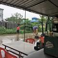 写真: 大雨の中で遊ぶ人たち (3)