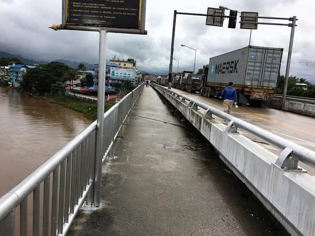 歩いて国境の橋を渡る (3)
