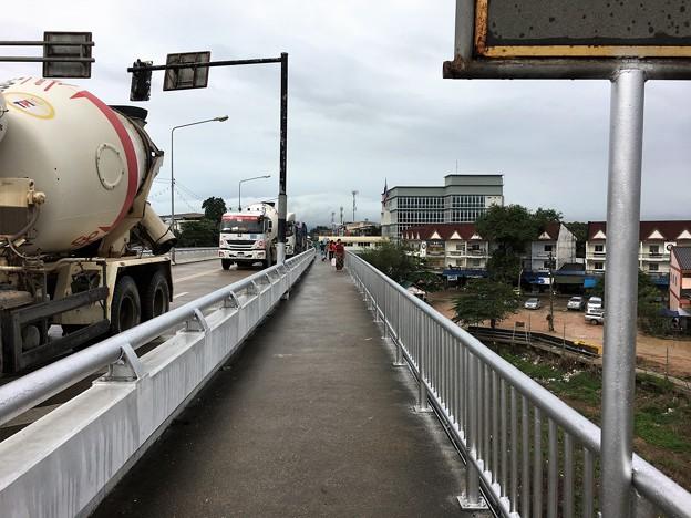 歩いて国境の橋を渡る (4)
