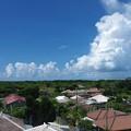 写真: 入道雲と家々