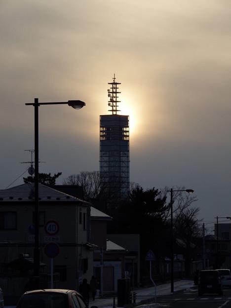 写真: 薄っすら陽光とポートタワー セリオン