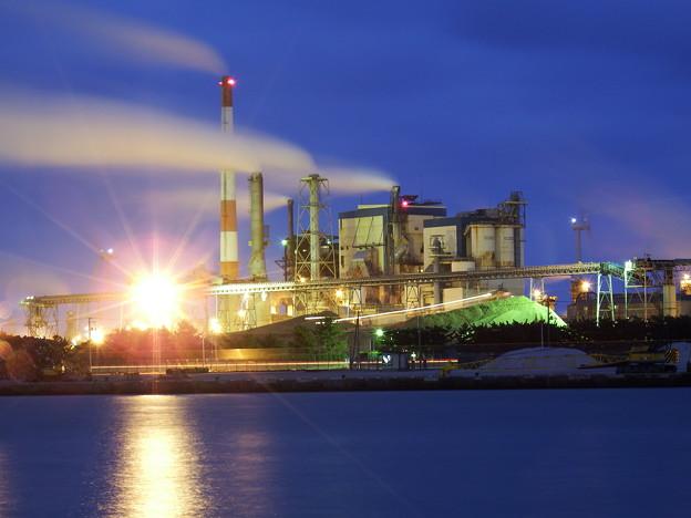製紙工場とブルドーザーの光跡
