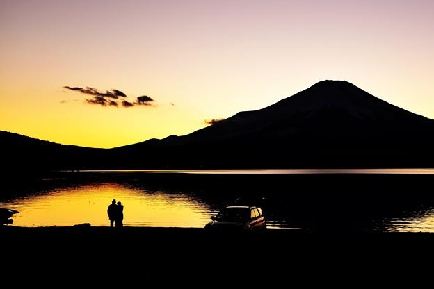 写真: 恋人も暮れなずむ湖畔・・・(*´з`)