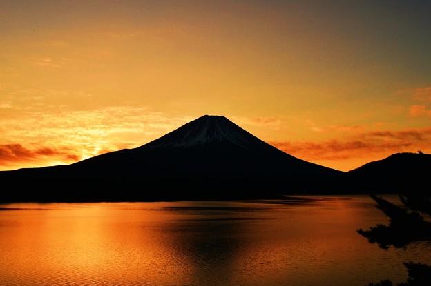 写真: これが本栖湖の夜明けぜよ・・・