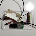 写真: 単1~単4の電池どれでも1本でラジオが聴けるラジオ