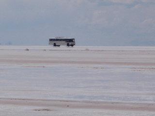 ウユニ塩湖4 塩湖を走る一般バス