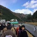 写真: シャトルバス待ちの列