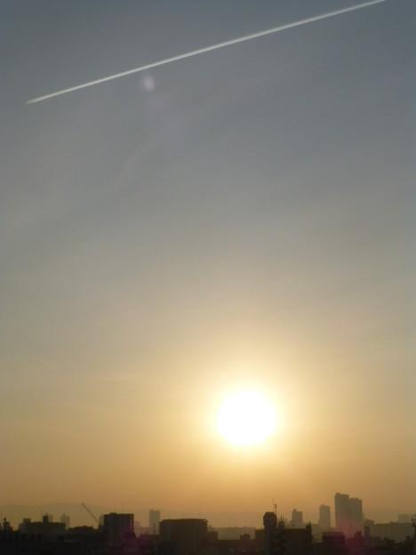 ひこうき雲と朝日@大阪