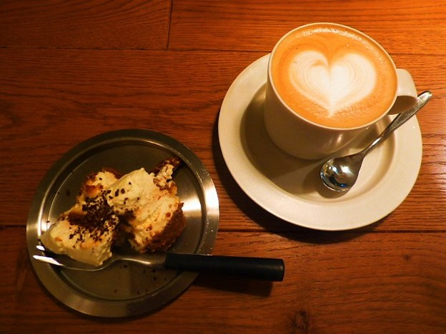 甘さ控えめのティラミスとカフェ・ラテ