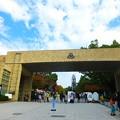 写真: 関西大学 千里山キャンパス正門