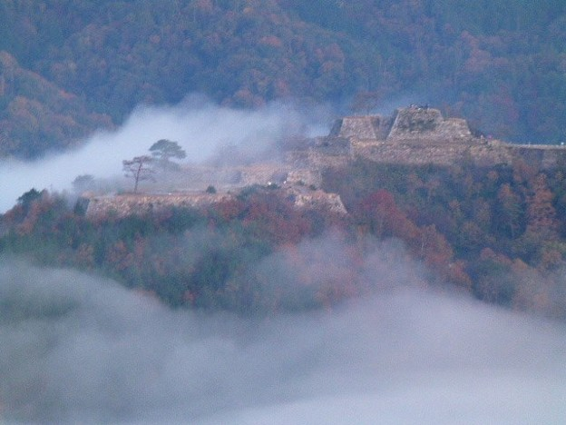 雲海が流れ込む竹田城跡