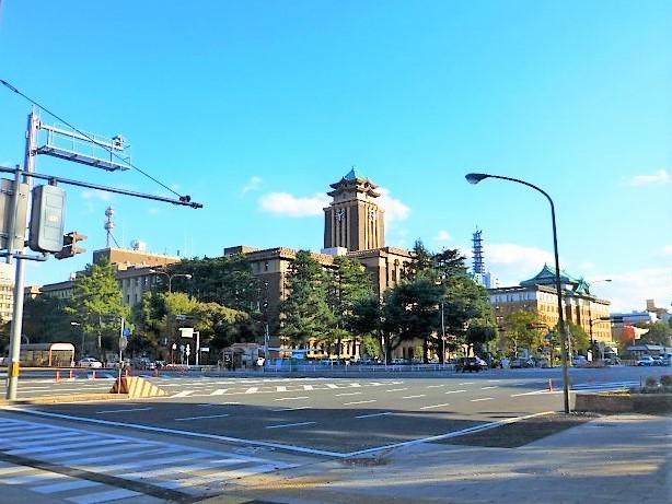 名古屋市役所と奥の愛知県庁
