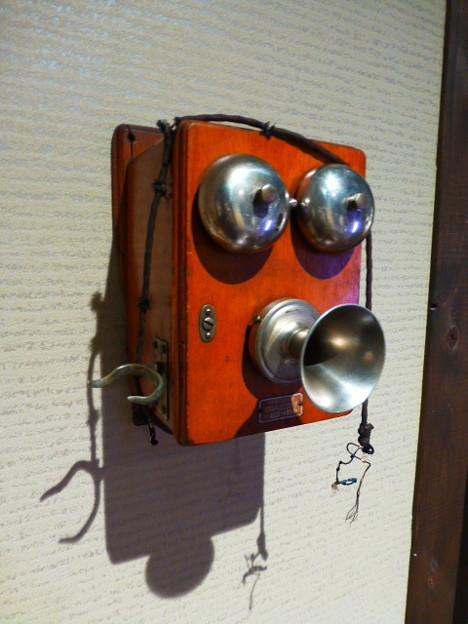 昭和レトロな木箱の電話機