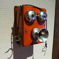 写真: 昭和レトロな木箱の電話機