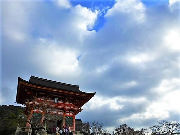 写真: 清水の舞台で知られる 音羽山清水寺