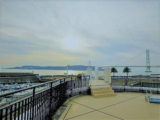 写真: 明石海峡大橋と淡路島