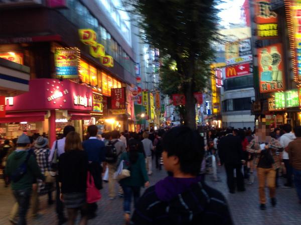 新宿繁華街にて「凄い(看板が凄く多い)街やな」