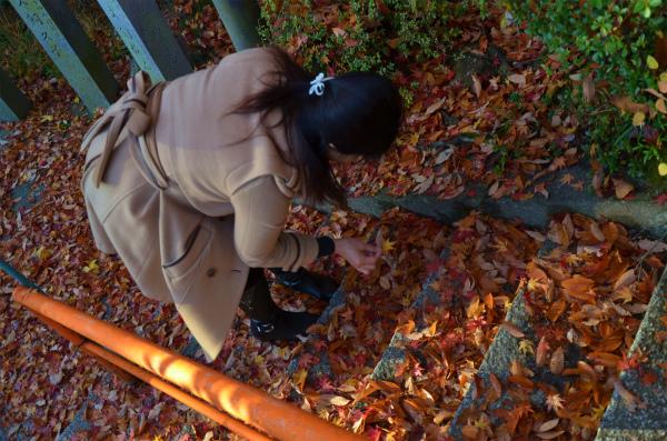 家内がたくさんの紅葉の落ち葉に喜ぶ