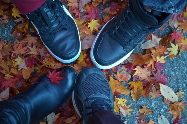 紅葉の落ち葉と家族4人の足