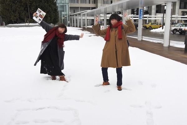 新青森駅前で楽しそうにはしゃぐ2人