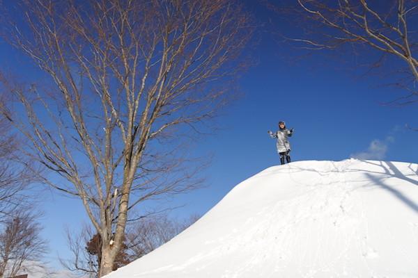 除雪の山を登頂した家内