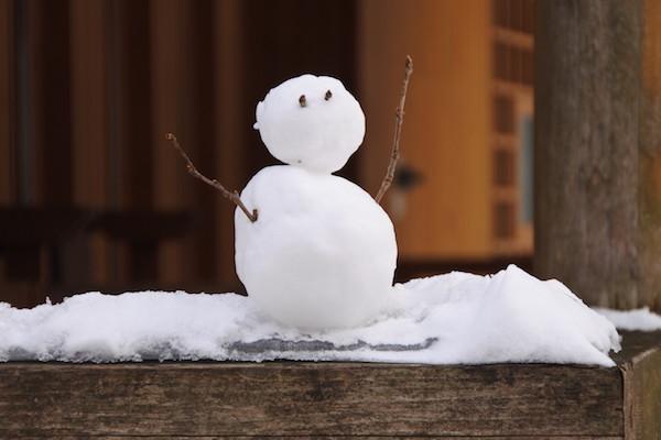 石ヶ戸の休憩所には誰が作ったかかわいい雪だるま
