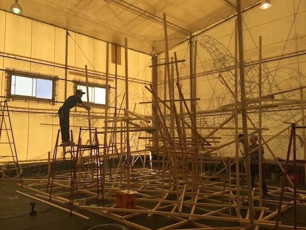 アスパム近くのテント内で製作されはじめたねぶた祭りの大灯籠