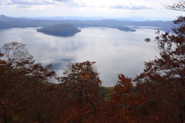御鼻部山展望台からの紅葉の十和田湖
