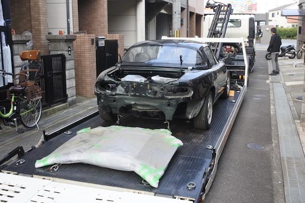 車体を固定して、ボンネットを置いて