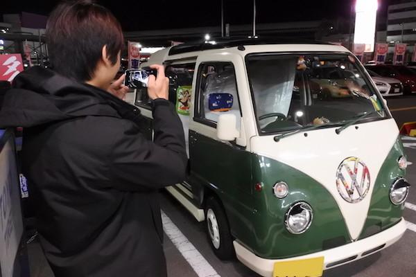 ルーフボックスを積載したミニバスの様子を長男が電話機で撮影