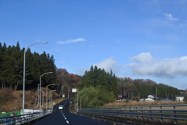 午後にはすっかり晴れて青空の下、お仕事先へ向かう