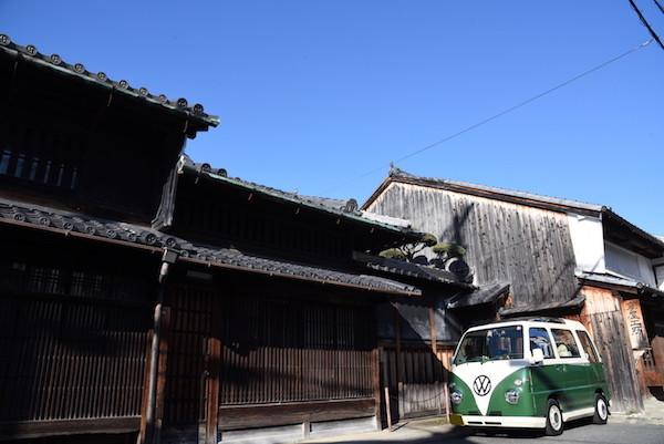 江戸時代の風情を残す奈良町の街並みとミニバスの写真を撮ることができました