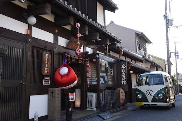 奈良町資料館の前でミニバスを撮影